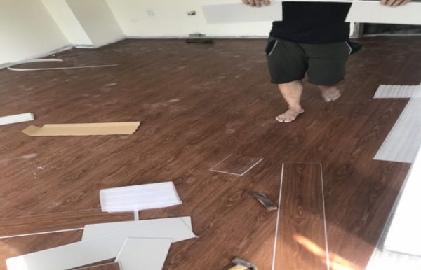 báo giá sàn nhựa hèm khóa, làm sàn nhựa giả gỗ spc, thi công sàn nhựa vân giả gỗ,